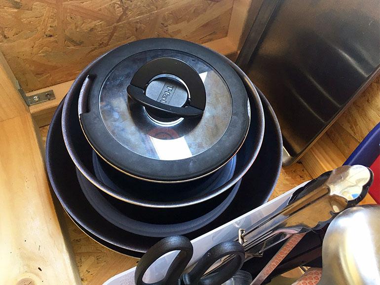 車内に収納されたティファールの鍋フランパンセット