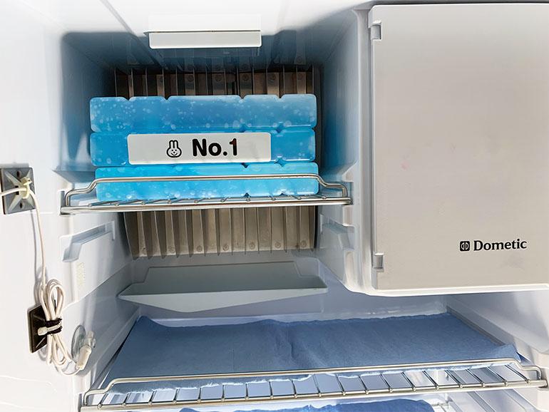 保冷剤を冷蔵庫に投入