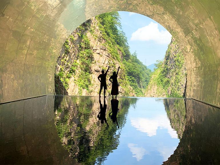 トンネルの中の夫婦
