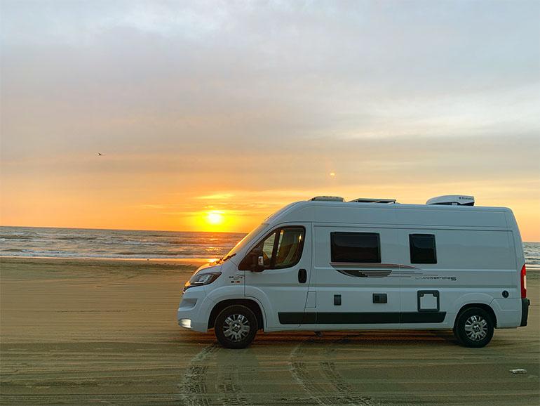 砂浜と夕日のリビングストーン5