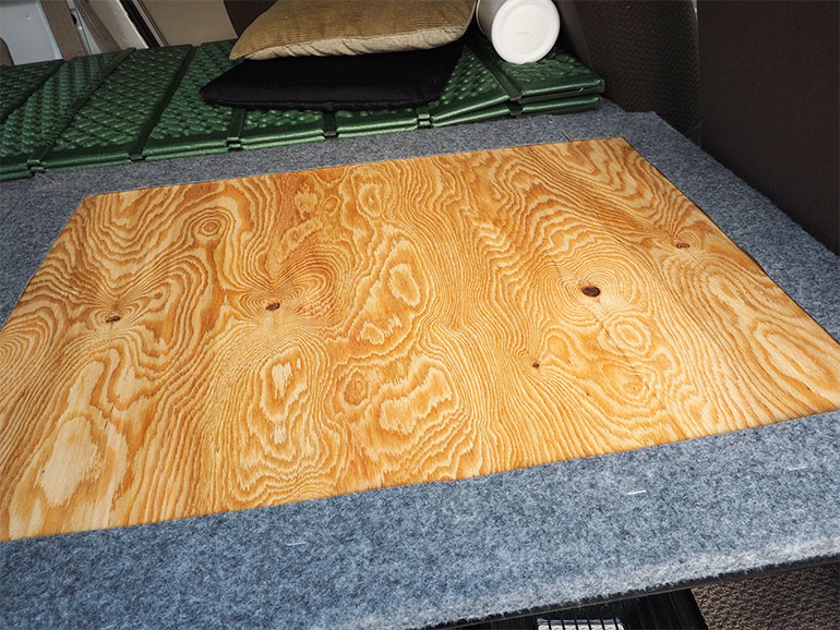 板に貼られたカーペット