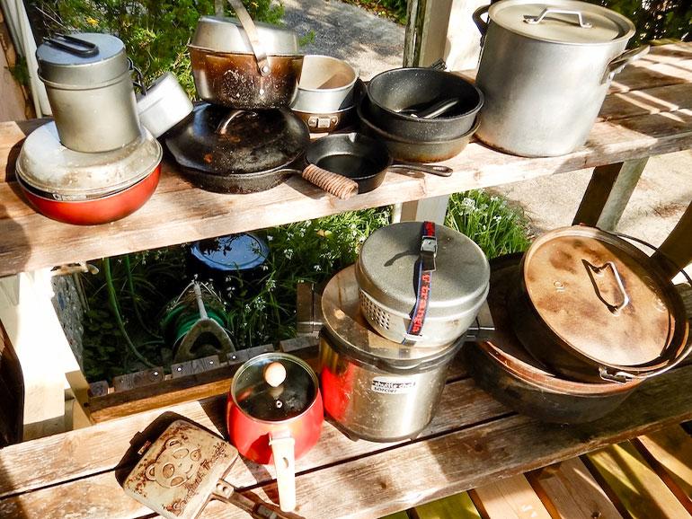 棚に並べられた鍋やフライパン