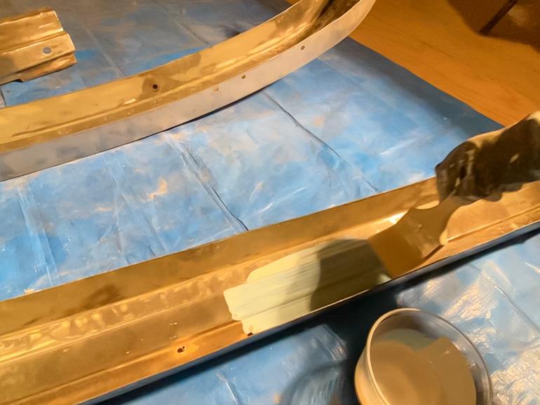 バンパーに錆転換剤を塗っているところ