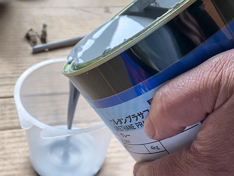 下塗り塗料とハードナーを混ぜ合わせているところ