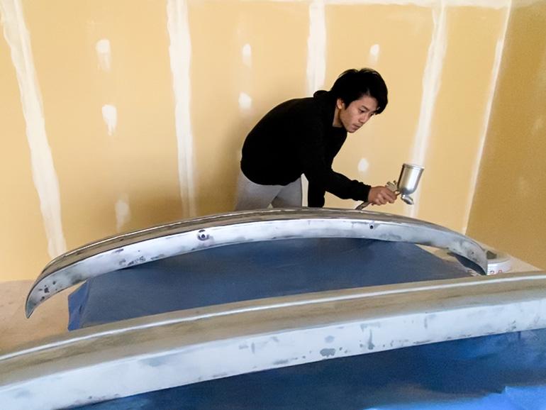 塗装している男性