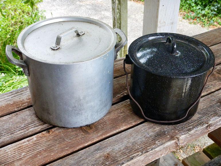 アルミの寸胴鍋とエナメルの鍋