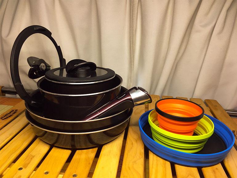 シリコンのお皿とティファールの鍋