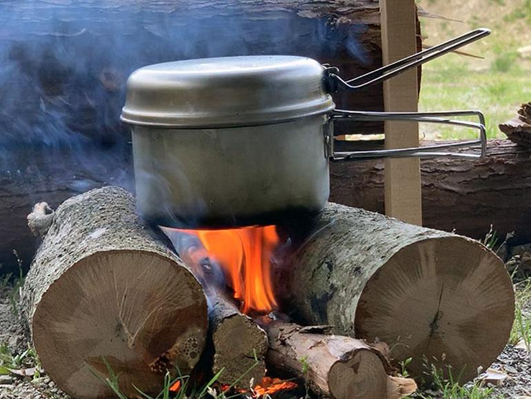 アルミパーソナルクッカーで加熱調理する様子