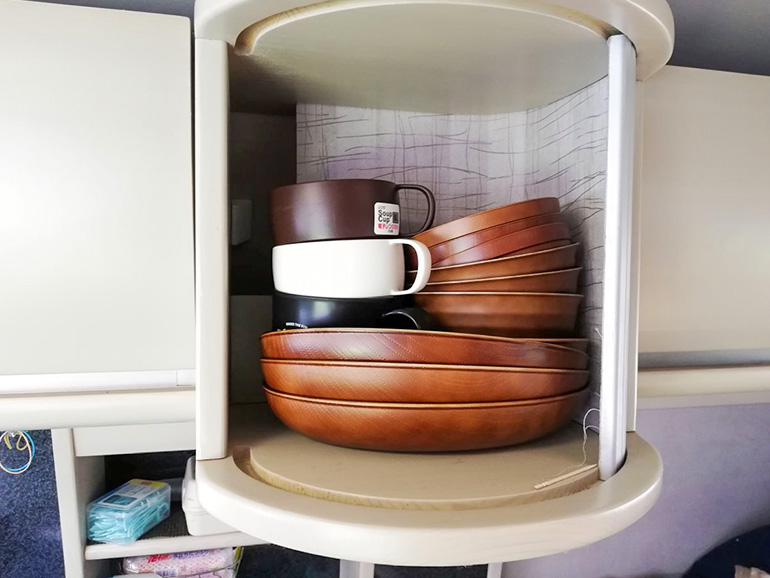 食器棚に重ねられたアカシア風の耐熱樹脂食器