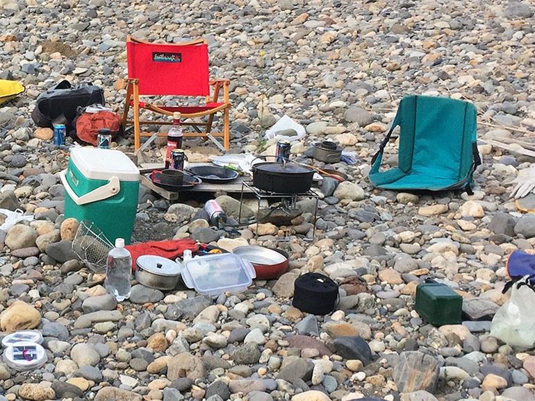 キャンプで使うイスや調理器具など