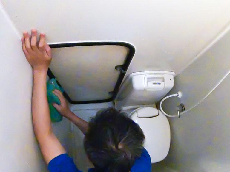 使用後のマルチルームを掃除する様子