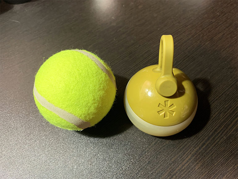 スノーピーク「たねほおずき」とテニスボールの大きさ比較
