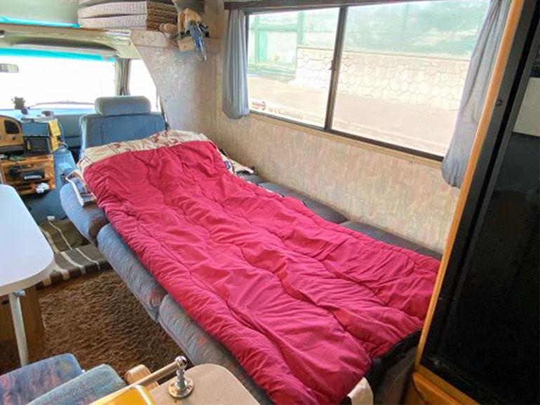 ウィネベーゴ FORD E-350 ベッド展開したソファー