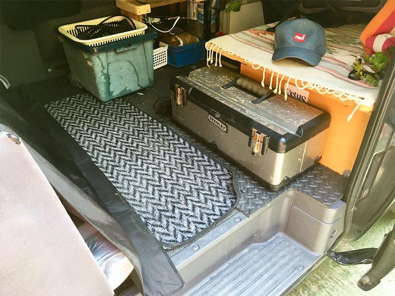 車内に積まれた工具箱