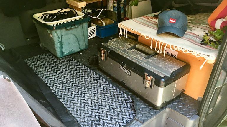 車に積まれている工具箱