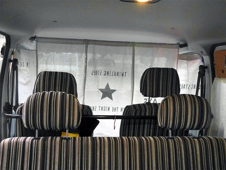 運転席との仕切りカーテン