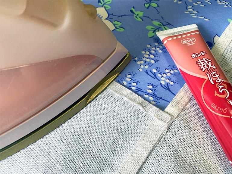 布用接着剤でカーテンを作る様子