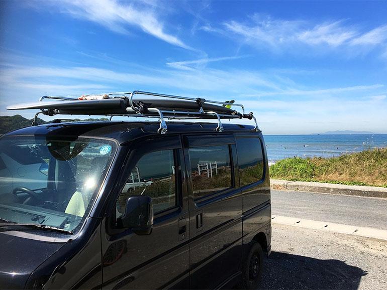 海岸に停車するバン