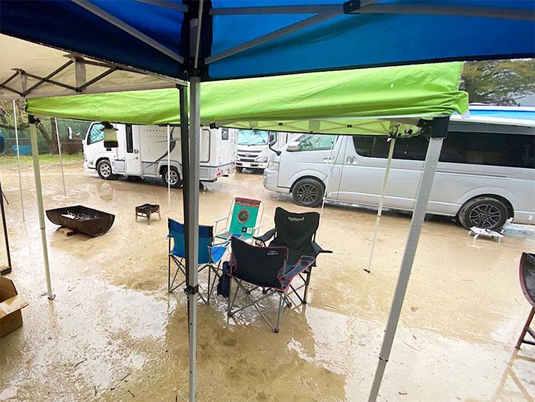 雨の中のキャンプ