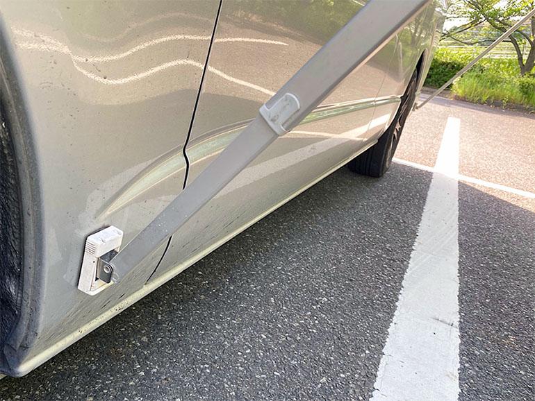 車体に固定されたサイドオーニングの支柱