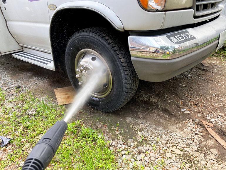 タイヤ部分の水洗いの様子