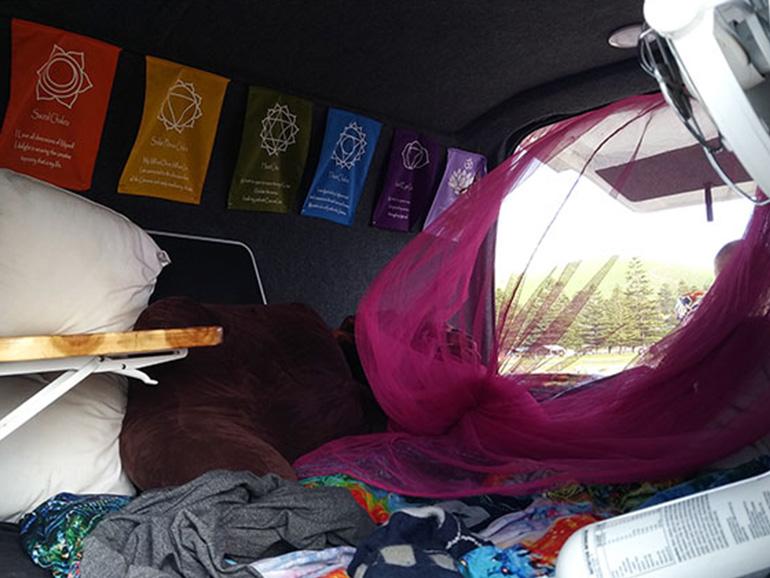 キャンピングカー 寝室