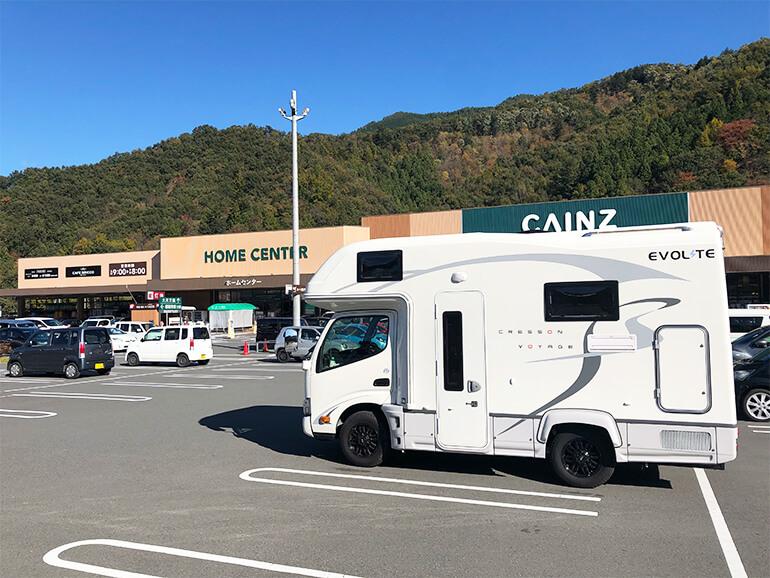 ホームセンター前に停まるキャンピングカー