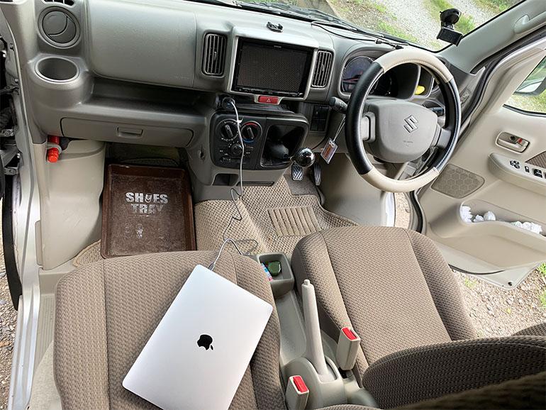 車内でMacBook Proを充電する様子