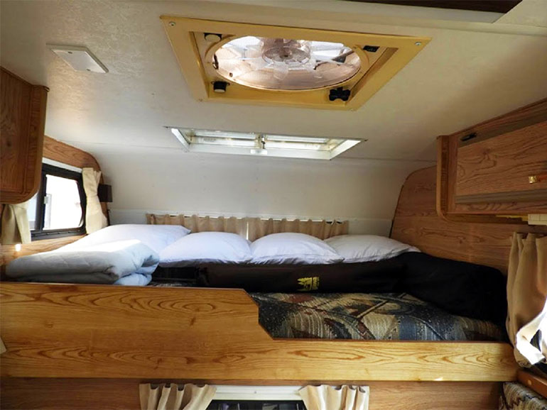 キャンピングカー ベッド