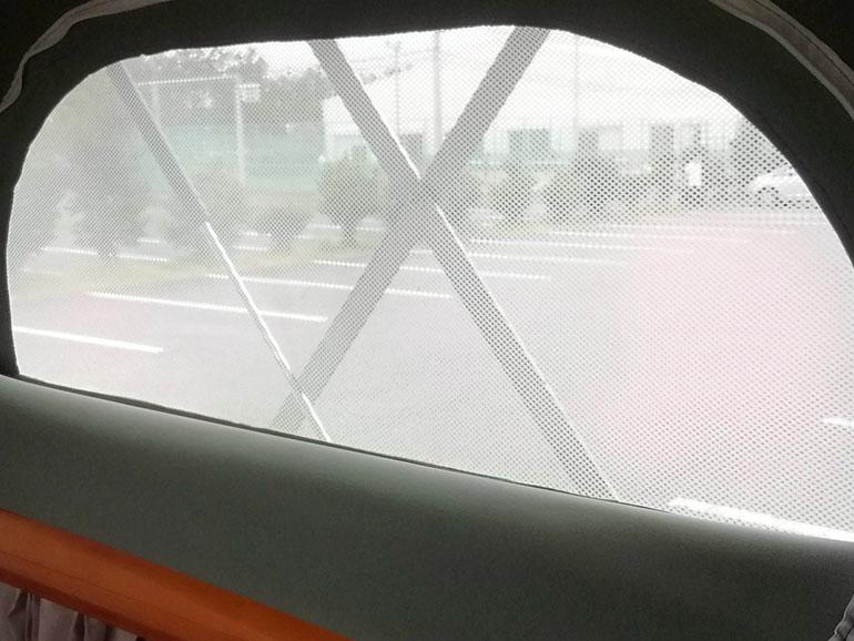 ポップアップベッドの窓