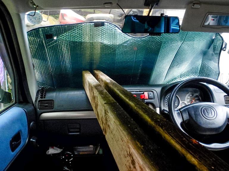フロントガラス部分まで積まれた木材