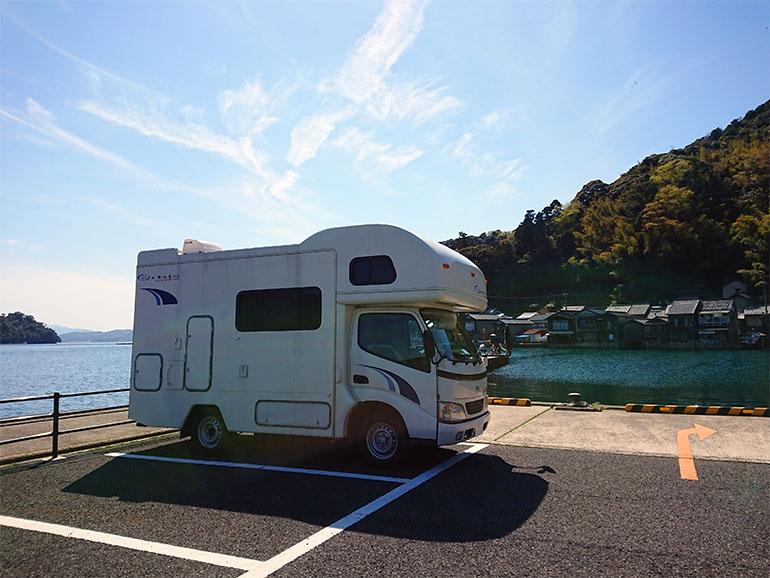 海辺に停まるキャンピングカー