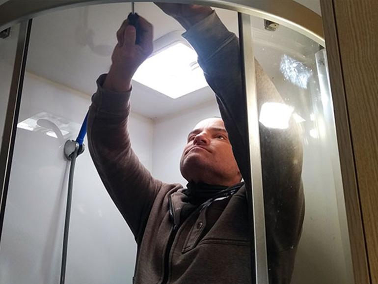 シャワールームのドアを修理するアレックス