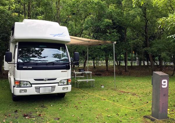 キャンプ場に停まったキャンピングカー