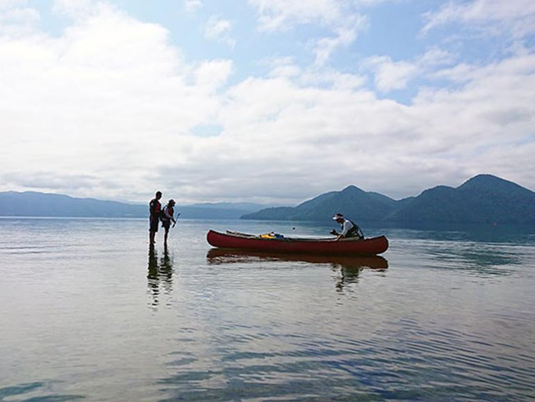 洞爺湖の浅瀬に立っているところ