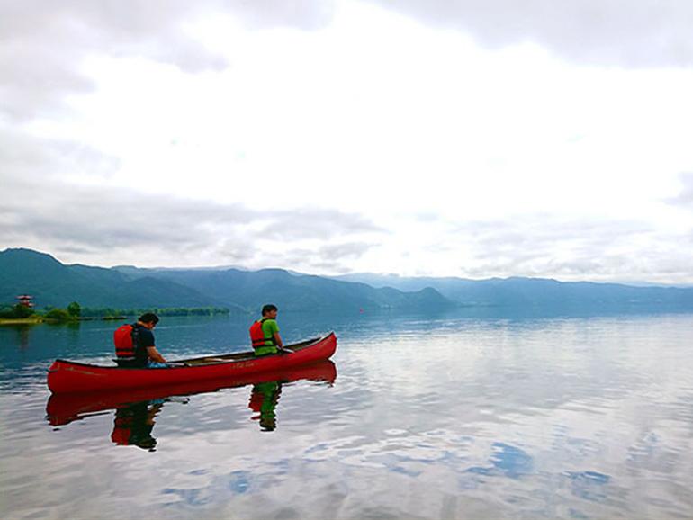 洞爺湖でカヌーに乗っているところ