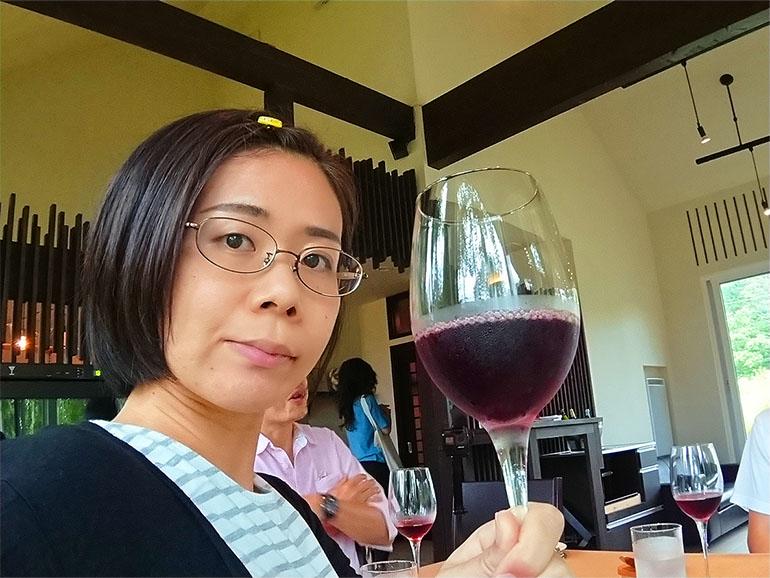 ジェラパタットでノンアルコールワインを飲む女性