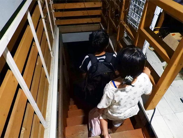 階段を降りる子ども