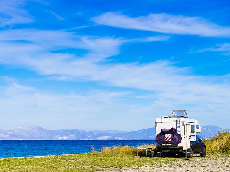 海をバックに停まるキャンピングカー