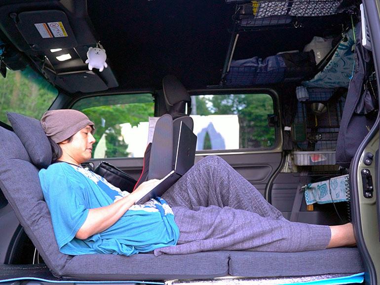 N-VAN車内で寛ぐ様子