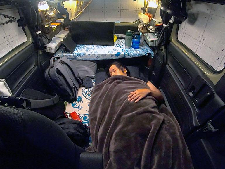 N-VAN車内で寝ている様子