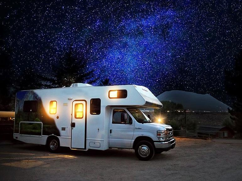 星降る夜の大型キャンピングカー
