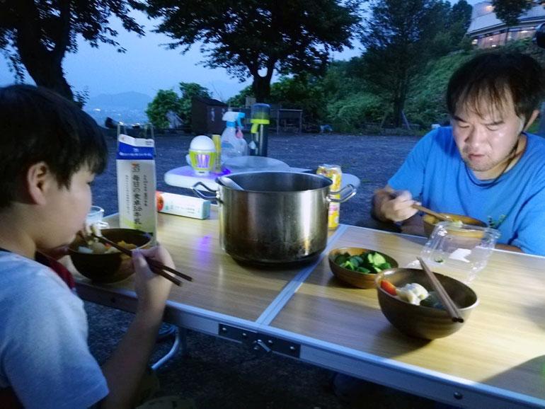 RVパーク「ぶどうの丘」でほうとうを食べる家族