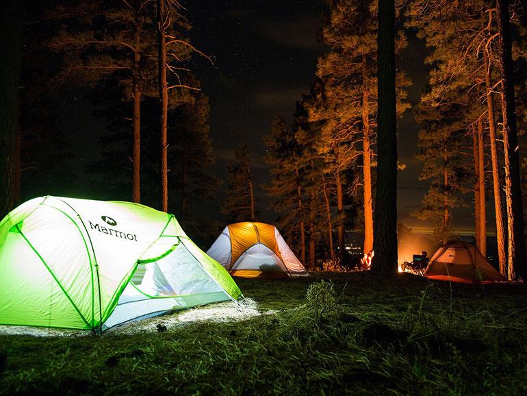 テントでのキャンプの様子