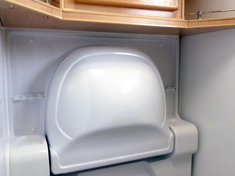 キャンピングトレーラーの収納された洗面台