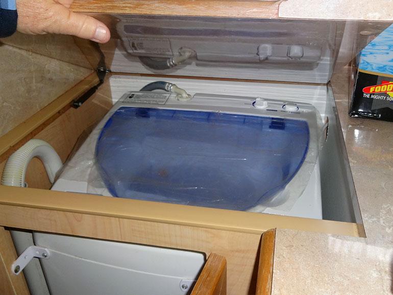 キャンピングトレーラーに設置された洗濯機