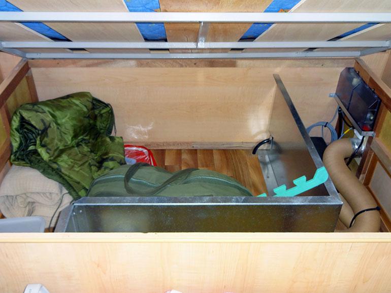 キャンピングトレーラーのベッド下収納