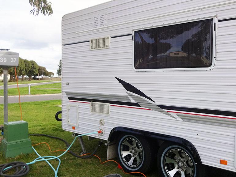 オーストラリアのキャラバンパークに止められたキャンピングトレーラー