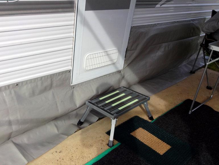 キャンピングトレーラー下部に取り付けられた防風シート