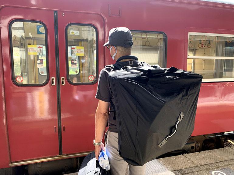 電車の前の男性